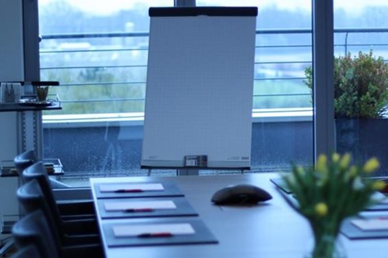 Konferenztisch mit Flipchart