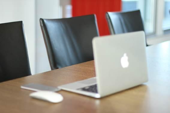 Laptop auf Konferenztisch